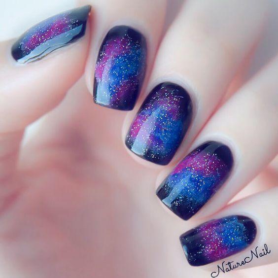 Uñas en morado y azul efecto galaxia