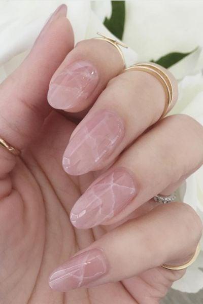 Uñas gelatina en rosa pastel efecto marmol