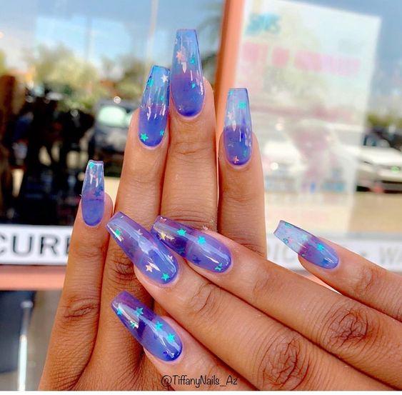 Uñas gelatina en tonos mora azul