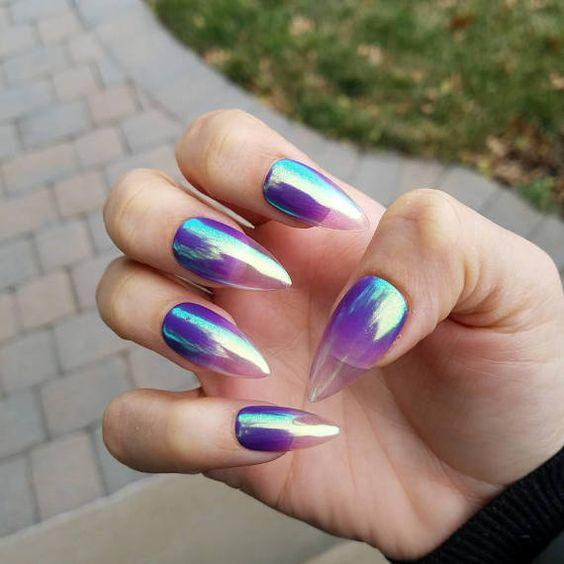 Uñas efecto gelatina cono decorado tornasol en lila