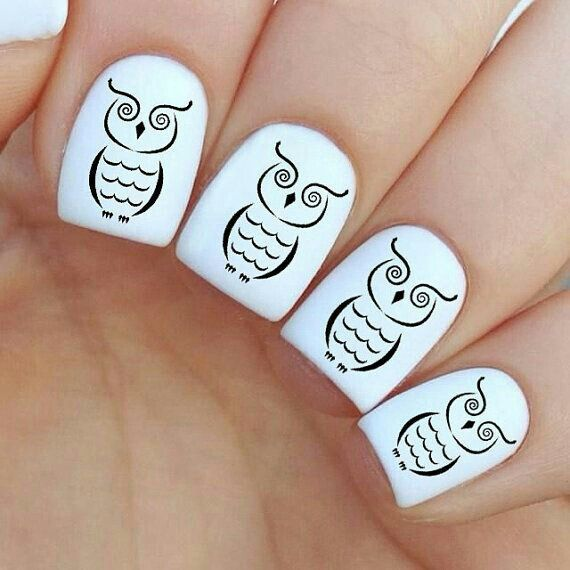 Uñas de color blanco decoradas con un búho