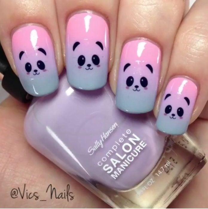 Uñas de color rosa con morado pintadas con un osito