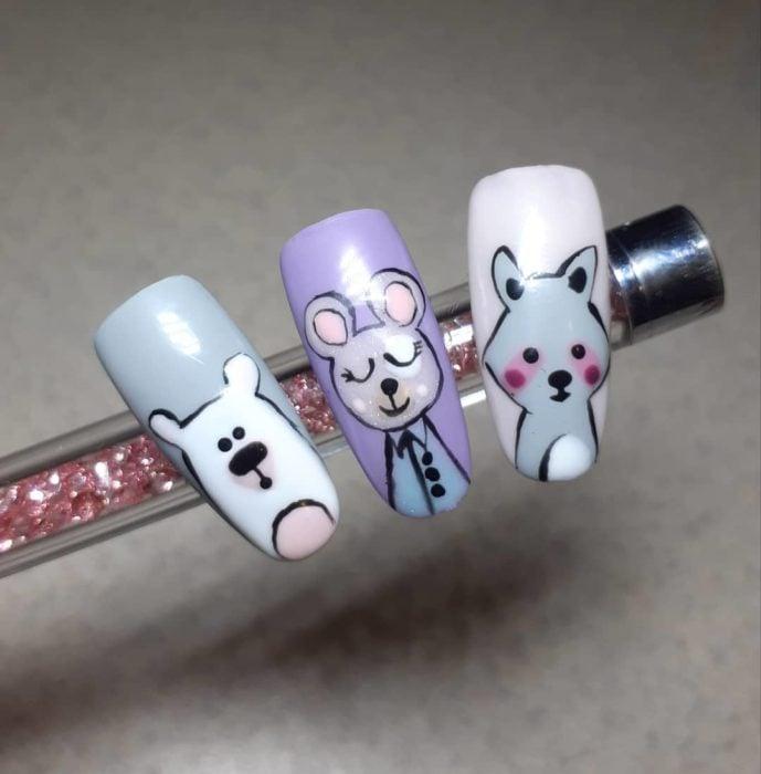 Diseño de uñas pintada con conejos, osos y mapaches