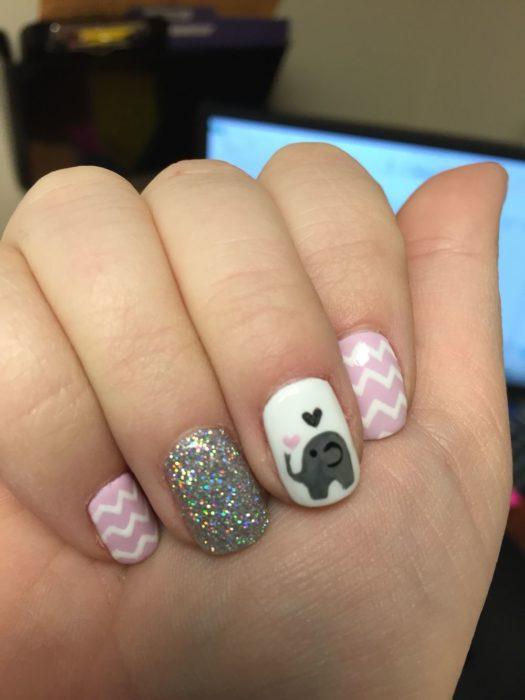 Chica con las uñas pintadas con un elefante