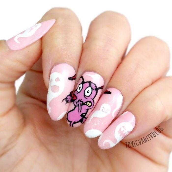 Chica con las uñas pintadas de color rosa y un dibujo de coraje el perro cobarde