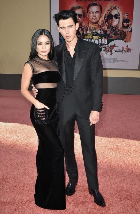 Vanessa Hudgens y Austin Butler abrazados durante la alfombra roja de una película