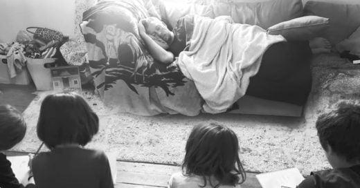 Confiesa su técnica para dormir y cuidar a sus hijos a la vez, y se vuelve viral