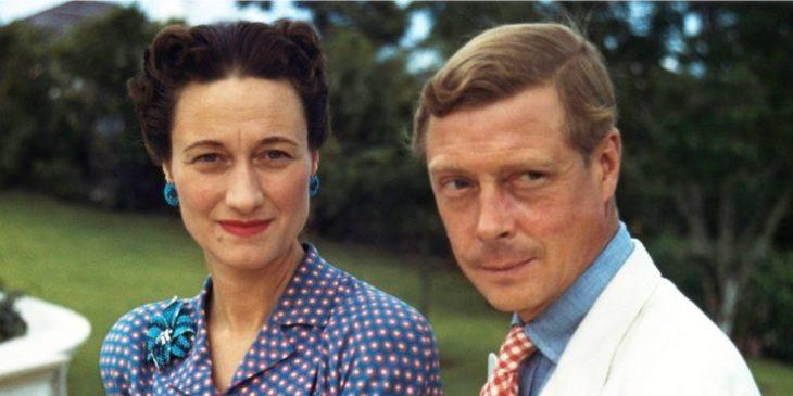 El rey Eduardo y la actriz Wallis Simpson sentados en el prado