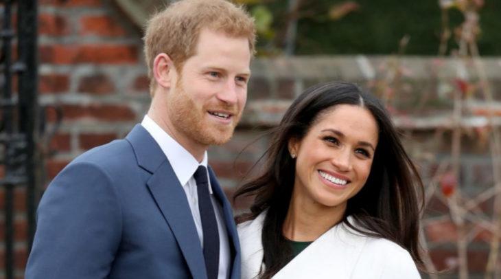 Meghan Markle y el príncipe Harry sonriendo anunciando su compromiso