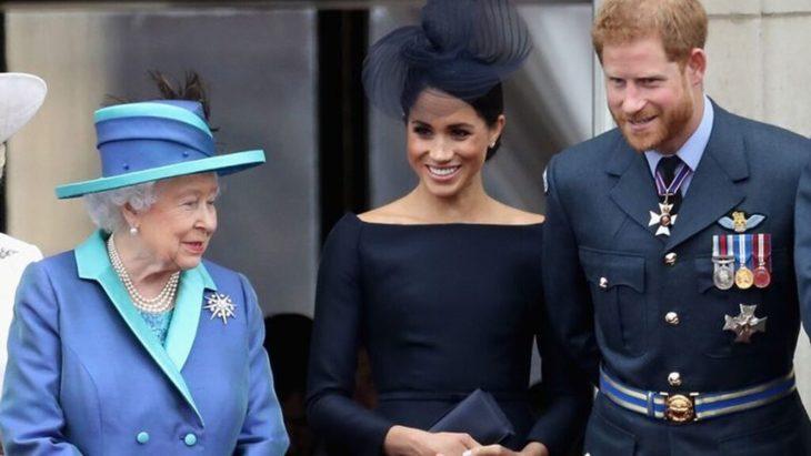 La Reina Isabel II, Meghan Markle y el príncipe Harry en un evento público