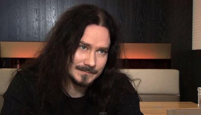Tuomas Holopainen de Nightwish sentado en un sofá