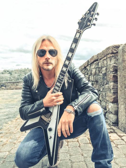 Richie Faulkner de Judas Priest posando para una foto