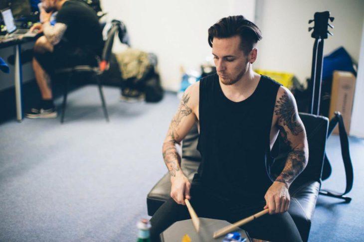 Mat Madiro tocando la batería