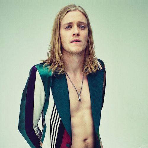 Rufus Tiger Taylor de The Darkness posando sin camisa para una fotografía