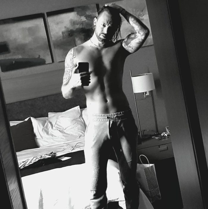 Matthew Tuck tomando una selfie frente al espejo