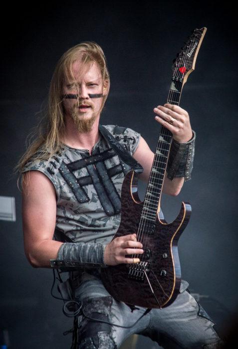Petri Lindroos de Ensiferium tocando en un concierto
