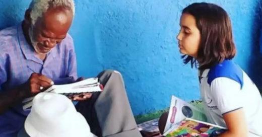 Niña enseña a leer y escribir a un vendedor de helados de 68 años