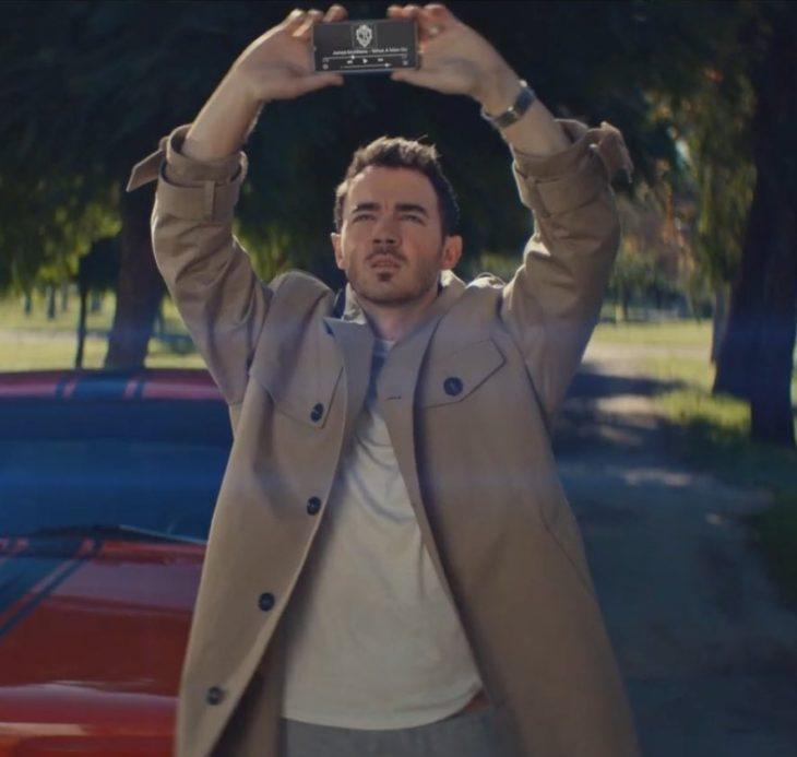Kevin Jonas recreando la escena de la película Say Anything