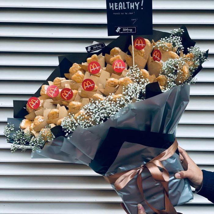 Ramo gigante de nuggets con flores