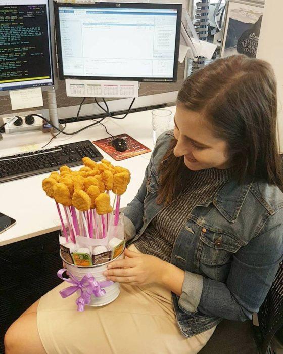 Chica sosteniendo un ramo hecho con nuggets