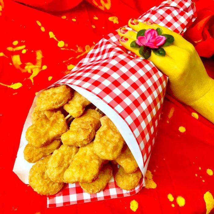 Ramo de nuggets cubierto con un papel de colores