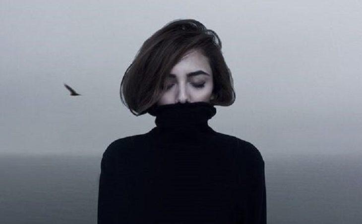 Mujer vestida de negro, padece de depresión.