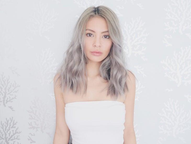 Garota com cabelo tingido em loiro platinado cinza
