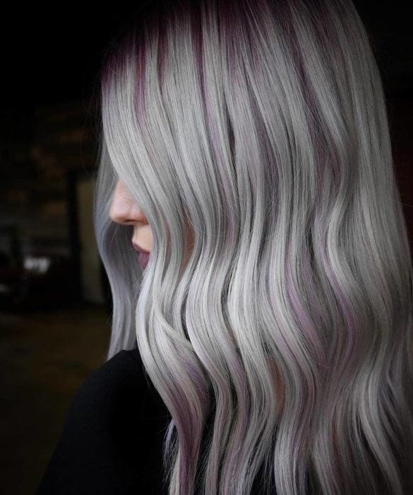 Garota com cabelo tingido de loira loira com mechas rosa