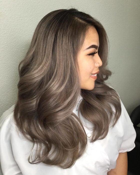 Garota com cabelo tingido no estilo de cor cinza louro