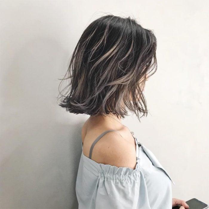 Garota com cabelo tingido de loiro cinza com tons de marrom