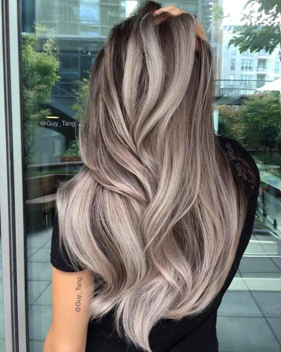 Chica con el cabello teñido en color rubio cenizo