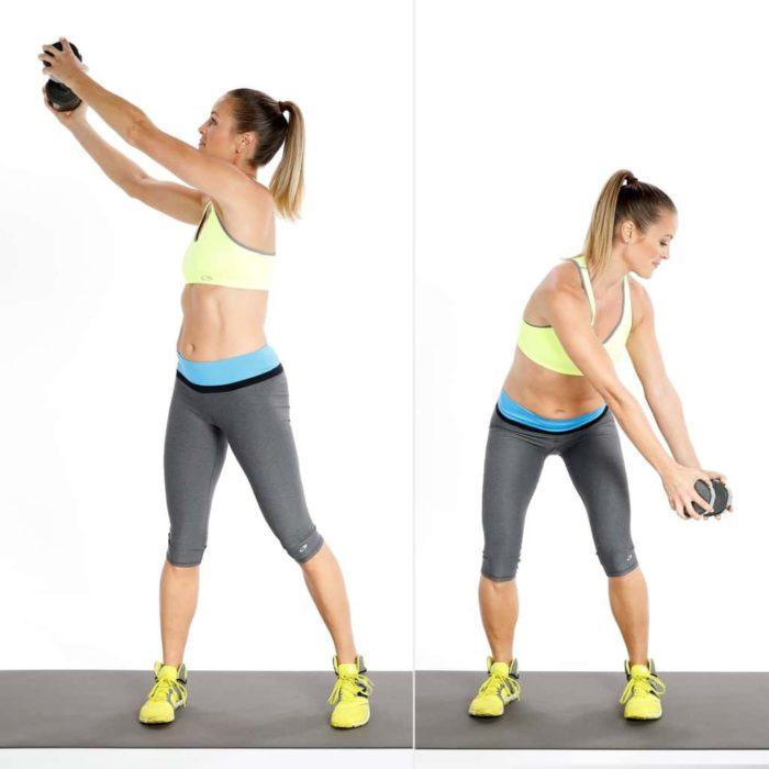 Mujer realizando abdominales cruzados con peso