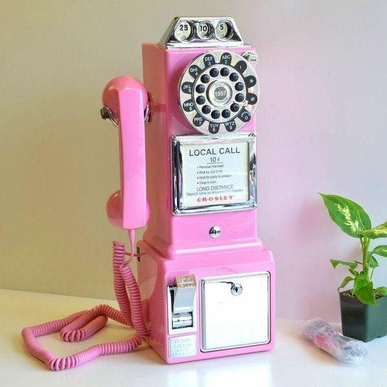 Alcancía de cabina telefónica antigua en tono rosa