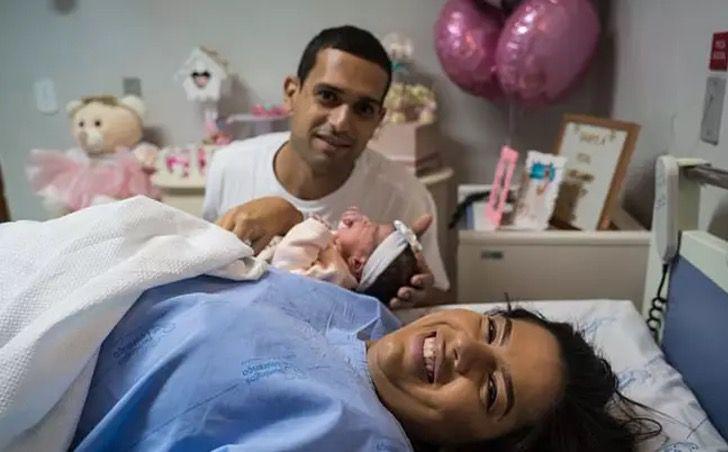 Papás junto a su bebé el día en que nació