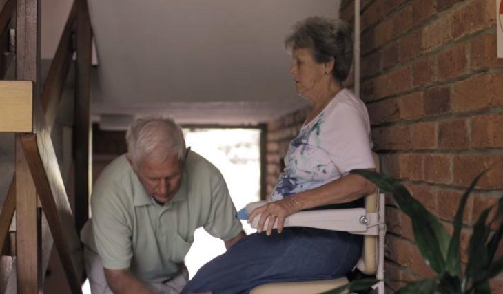 Bill ayudando a Glad a realizar sus actividades diarias