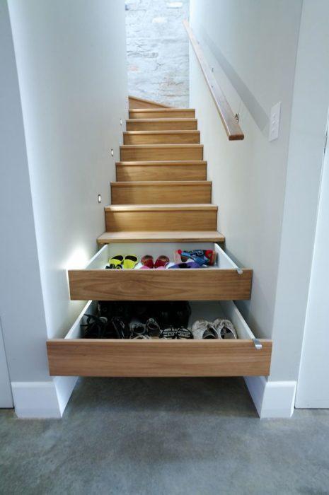 Escalones de escaleras que son cajones