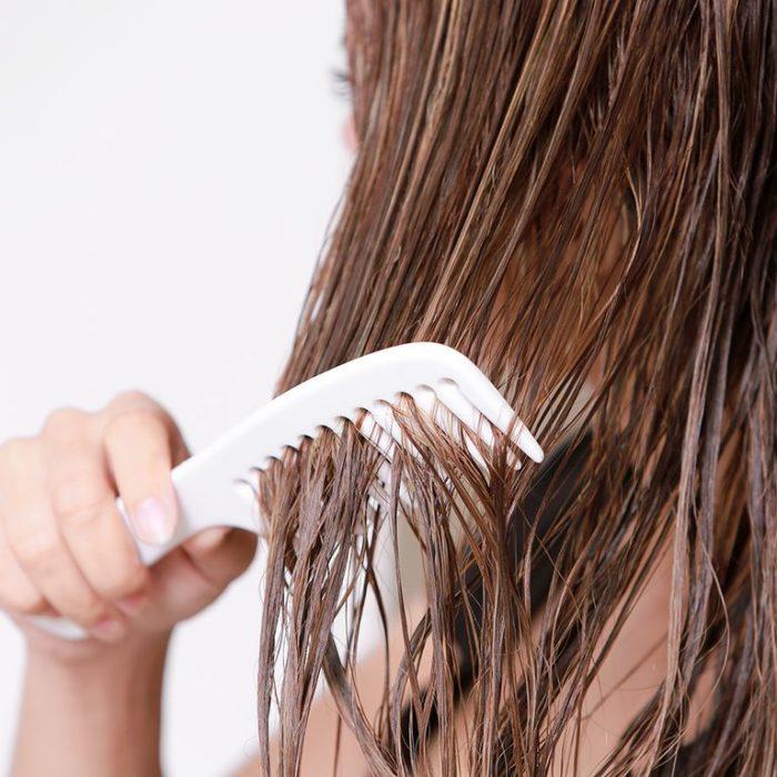 Cepillado de cabello mojado con cepillo de dientes separados