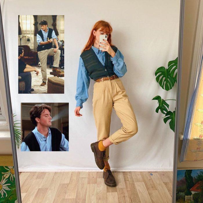 Outfit inspirado en Chandler de Friends usando chaleco verde, camisa de mezclilla y pantalón camel