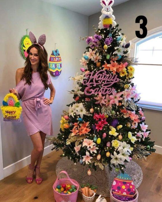 Nadia Colucci, chica junto a un árbol navideño decorado con motivo de Día de Pascua