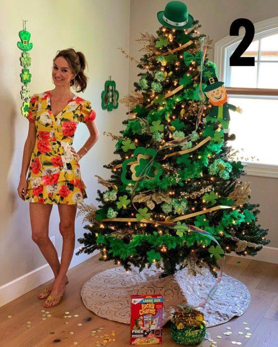 Nadia Colucci, chica junto a un árbol navideño decorado con motivo de celebración de día de buena suerte