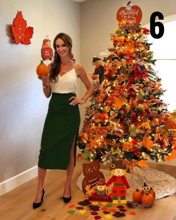 Nadia Colucci, chica junto a un árbol navideño decorado con motivo de Acción de gracias