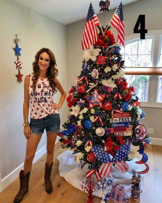 Nadia Colucci, chica junto a un árbol navideño decorado con motivo de Día de la Independencia