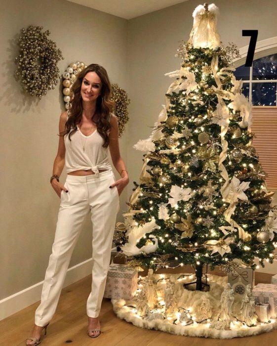 Nadia Colucci, chica junto a un árbol navideño decorado con motivo de Fiestas Decembrinas
