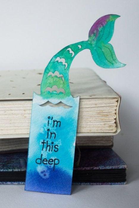 Separador de libro con forma de cola de sirena y recuadro con espacio para frase