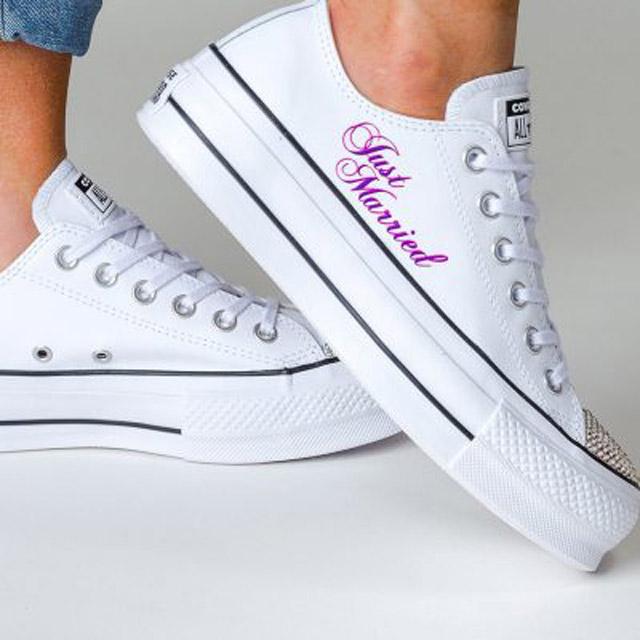 Converse en color blanco para novias, diseño con mensaje especial al costado