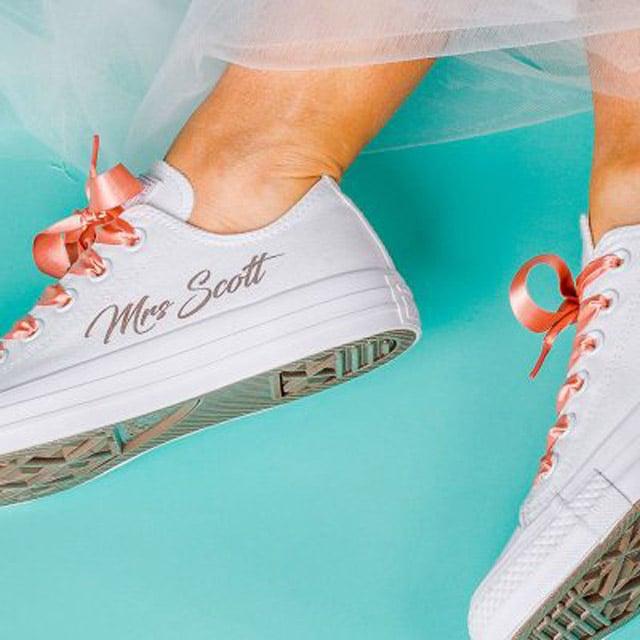 Converse en color blanco para novias, diseño con mensaje especial costado en color melón