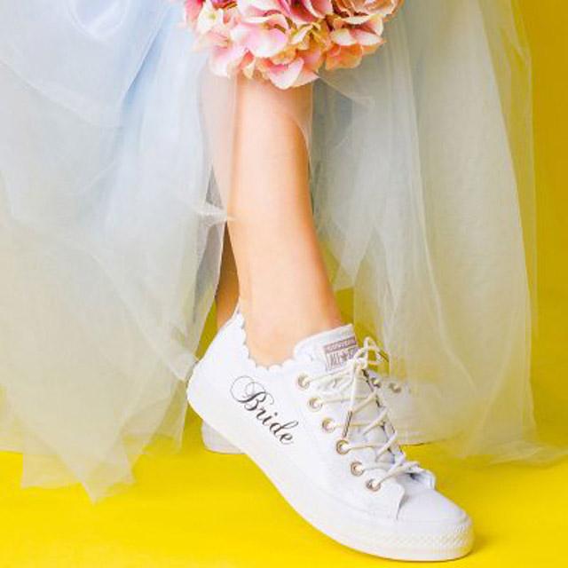 Converse en color blanco para novias con olanes a los costados