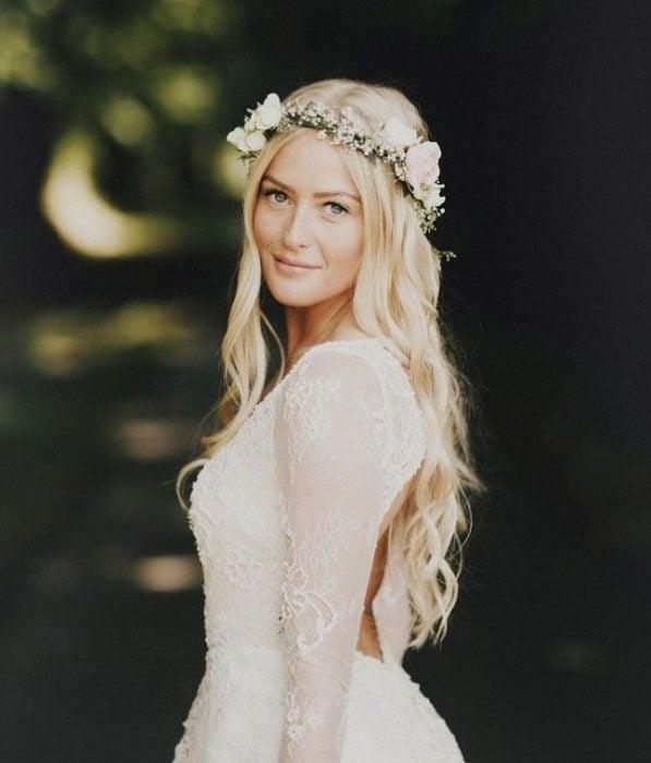 Peindo de novia con cabello ondulado natural con una corona de flores