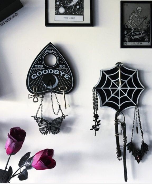 Decoración negra para tu casa; portallaves de puntero de ouija y telaraña