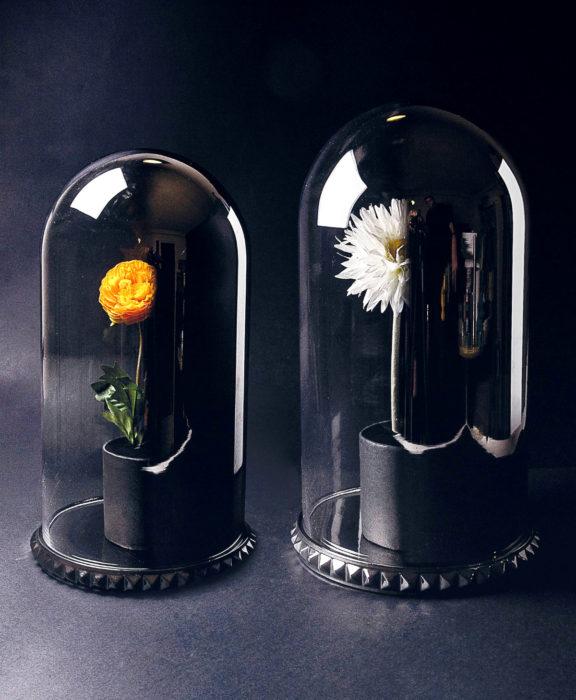 Decoración negra para tu casa; flores dentro de recipiente de cristal al estilo La bella y la bestia